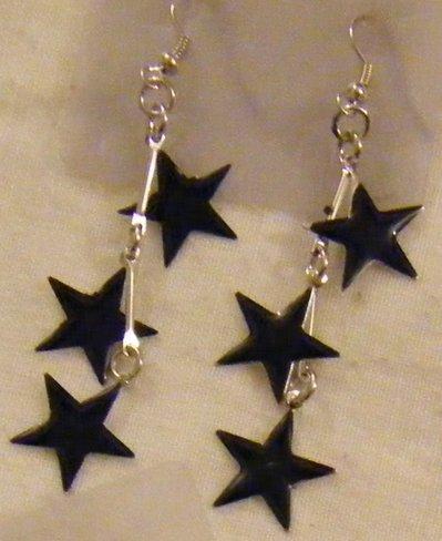 orecchini pendenti con ,stelle di natale, in metallo e smalto