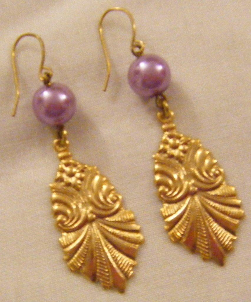 orecchini pendenti con perle fuxia fatti a mano