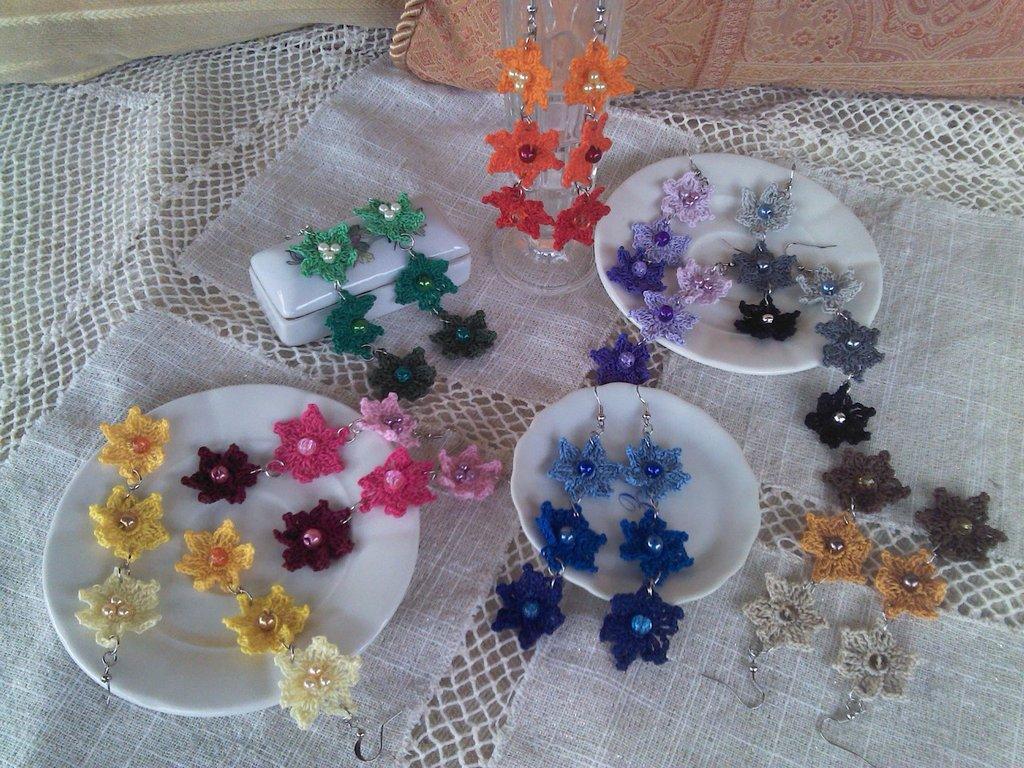 Coppia di orecchini con 3 fiorellini vari colori ad uncinetto in cotone