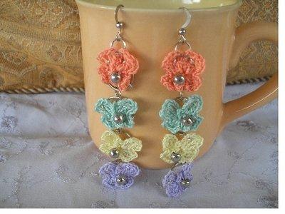 Coppia di orecchini a 4 farfalline con perlina ad uncinetto in cotone