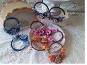 Coppia di orecchini a cerchio con fiorellini ad uncinetto in cotone