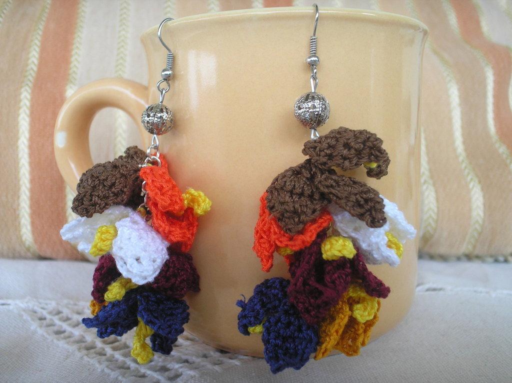 Coppia di orecchini a grappolo ad uncinetto in cotone