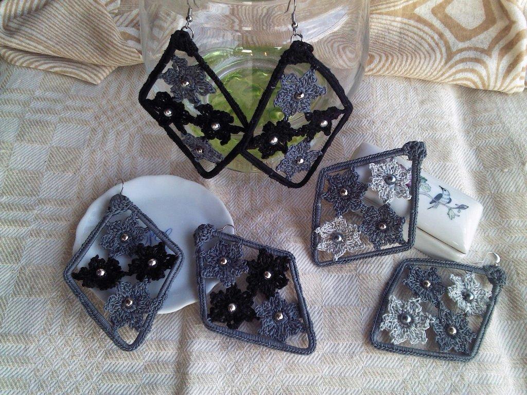 Coppia di orecchini a rombo con fiorellini toni grigio-neri ad uncinetto in cotone.