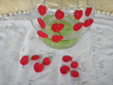Coppia di orecchini a 3 cuori rossi ad uncinetto in cotone