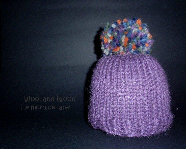 Cappellino malva con pon pon multicolore