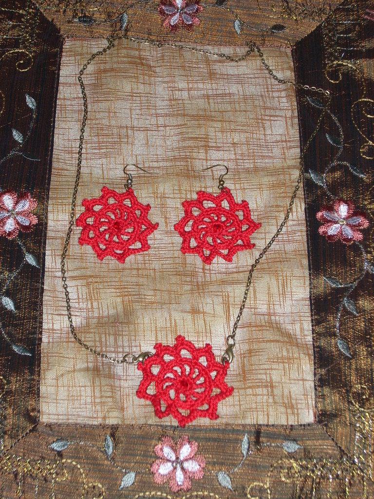 parure: collana rossa all'uncinetto con perline