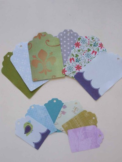 12 tags di 2 dimensioni per scrapbooking e cardmaking