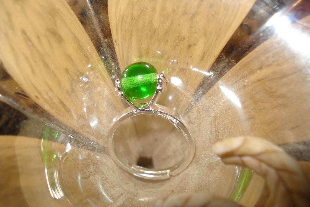 anello verde in vetro di Boemia