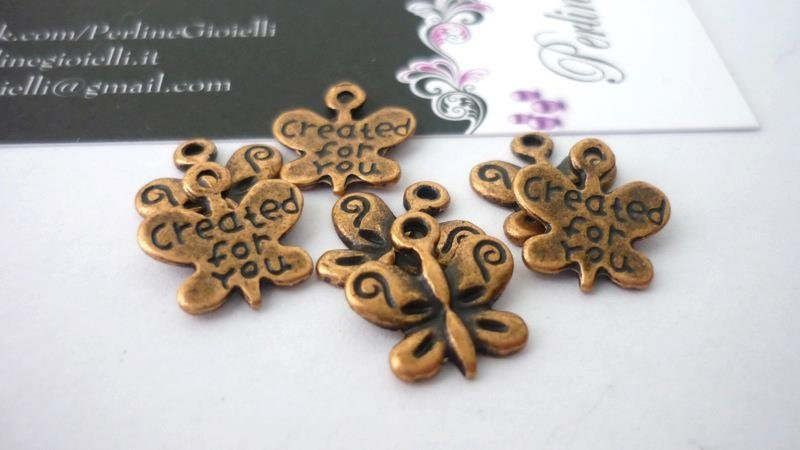 "Pendente ""Created for you"" farfalla, color rame anticato, Nickel free, Lead free e Cadmium free.  Dimensioni: 13 x 13 mm."