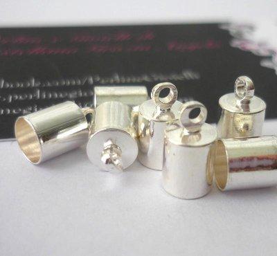 Terminale per cordini in ottone, argentato, Nickel free.   Dimensioni: lunghezza 9,5 mm; larghezza 5,5 mm.