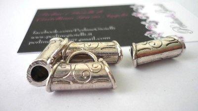 Pendente/charms Borsetta, con foro passante, argentato, Nickel free, Lead free e Cadmium free.  Dimensioni: 22,5 x 14,5 mm