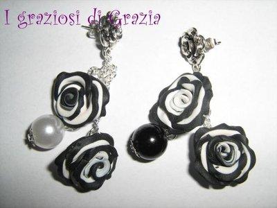 orecchini rose bianche e nere con perle
