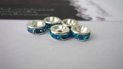 Rondelle in metallo argentato, rhinestone acrilico, azzurro.  Dimensioni: diametro 8 mm; spessore 3,8 mm.