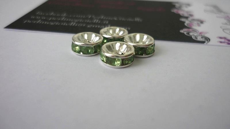 Rondelle in metallo argentato, rhinestone acrilico, verde.  Dimensioni: diametro 8 mm; spessore 3,8 mm.