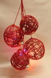 Grappolo di palle natalizie in lana con luci incorporate. Vari colori.