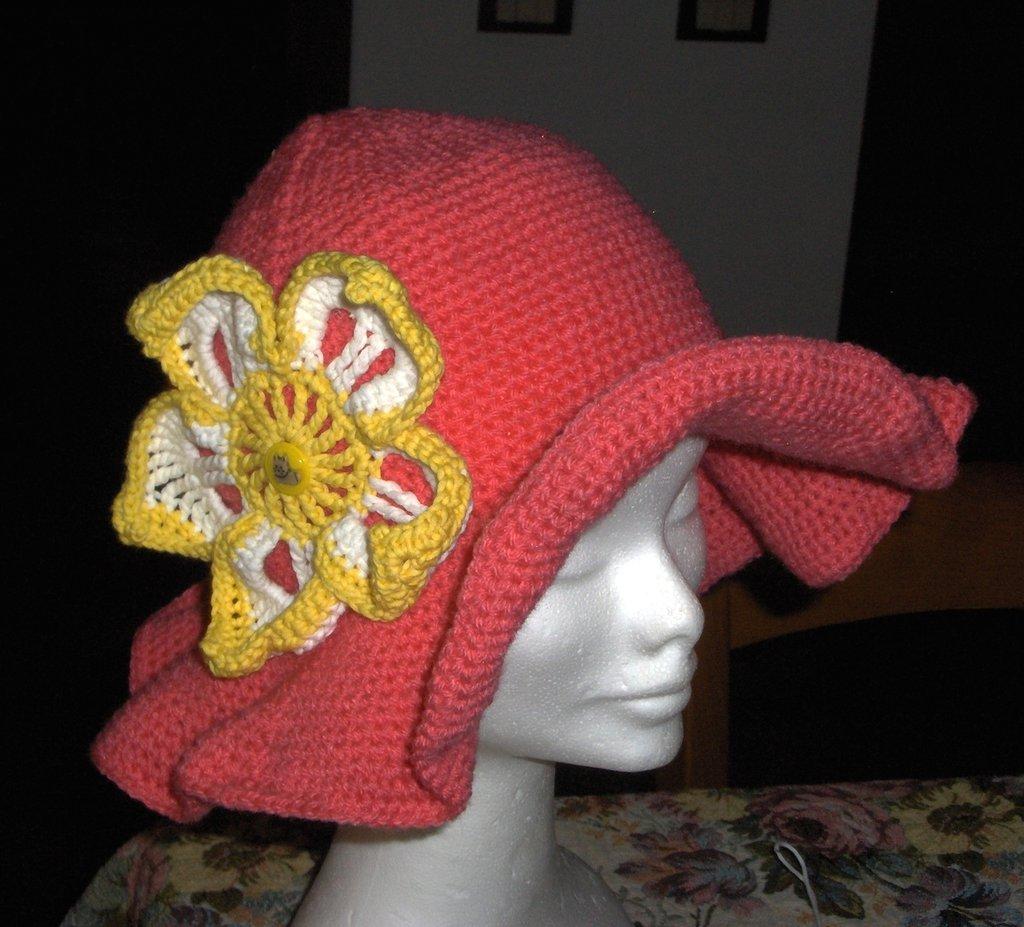 Cappello bimba a uncinetto con fiore