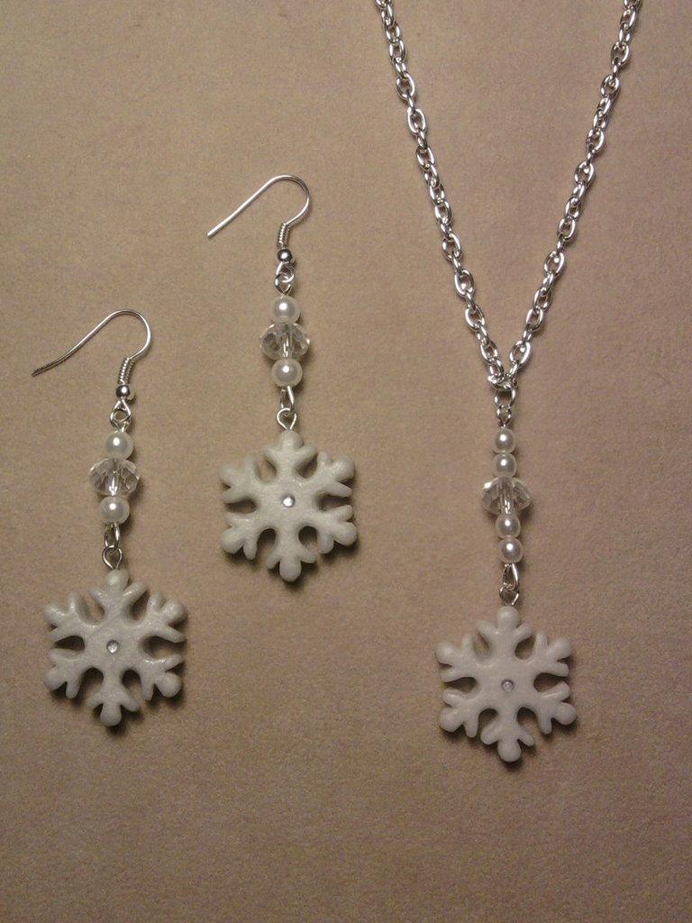 Parure collana e orecchini con fiocchi di neve e perle fimo