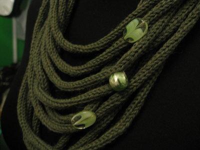 Inserzione per Merdy -- Collana tubolare in lana verde