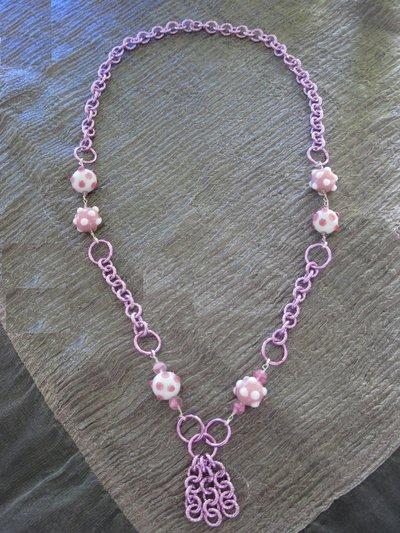 Collana con catena rosa e perle in vetro rosa e bianche a pois