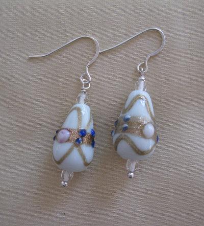 Orecchini con perle in vetro bianche decorate