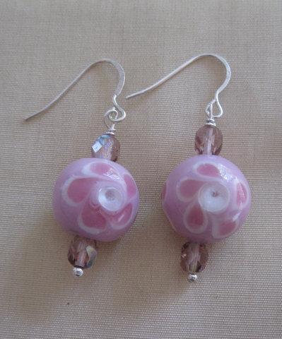 Orecchini con perle in vetro rosa a fiori