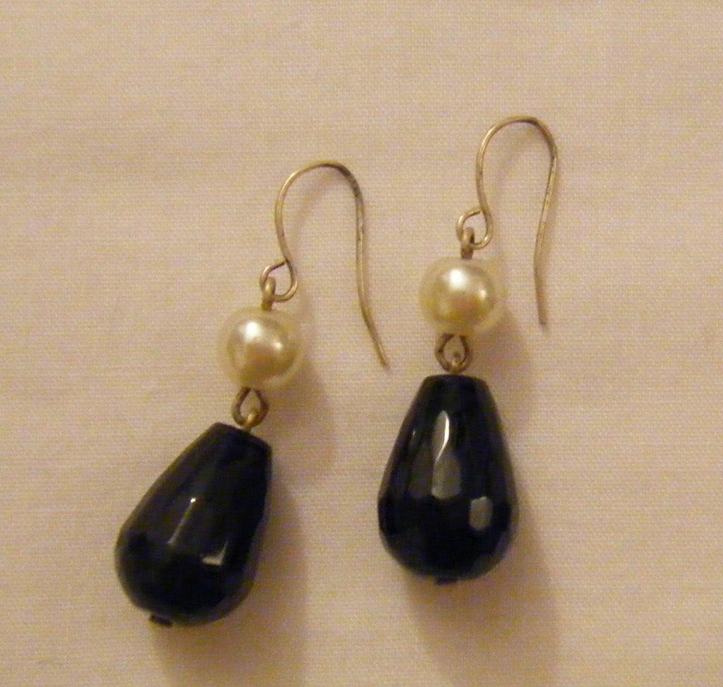orecchini pendenti con perle bianche e onice nero,fatti a mano