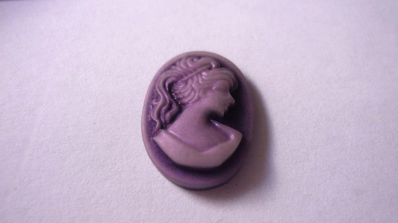 Cabochon in resina, violetto.  Dimensioni: 18 x 13 mm.  Confezione da 2 pezzi 0,30 euro