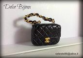 Ciondolo Borsa Pochette in miniatura Chanel nera con logo centrale e catena oro con inserti in pelle...realizzata interamente a mano in fimo cernit.