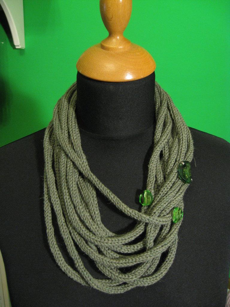 Collana in lana verde tubolare