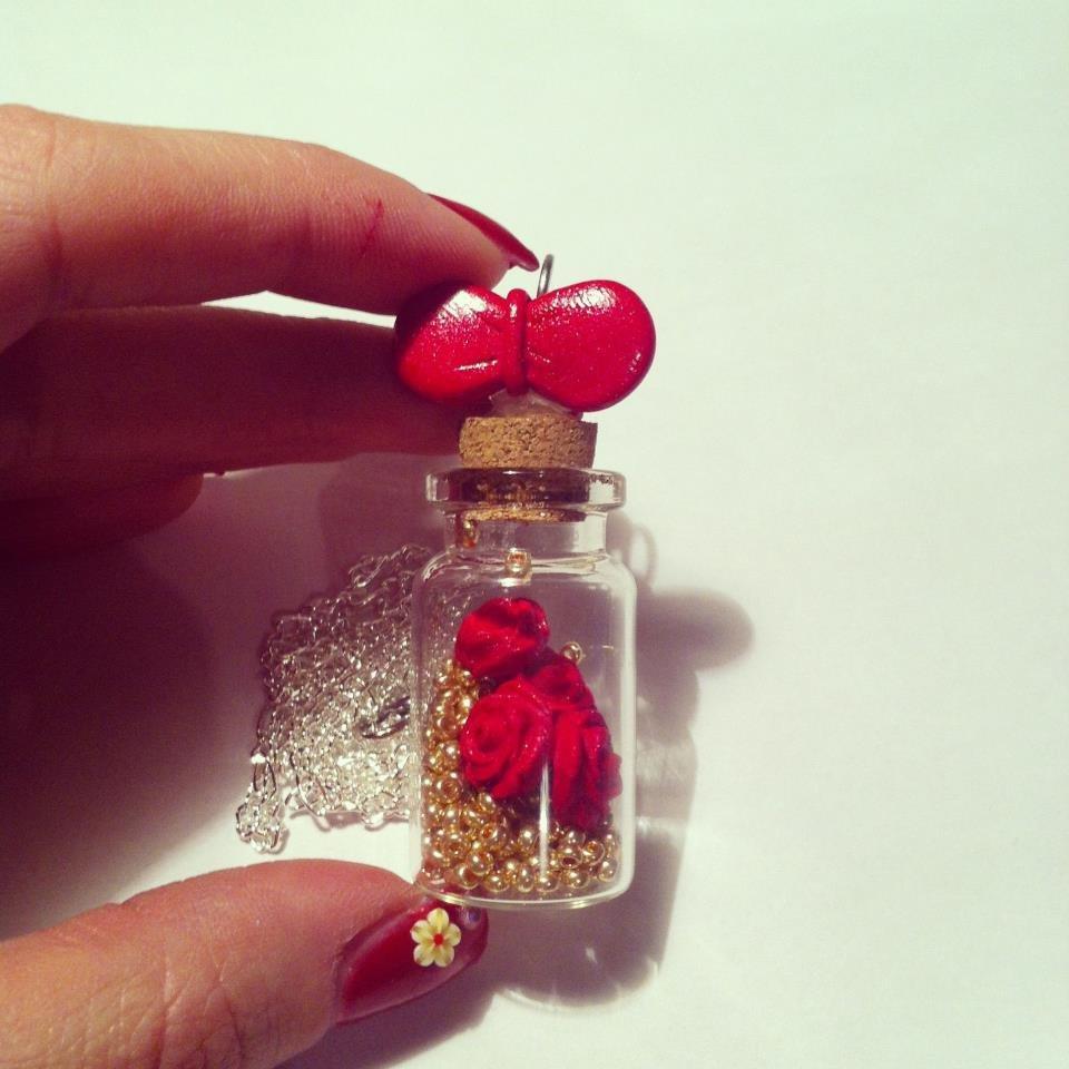 boccetta con rose rosse e perle oro