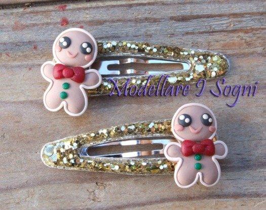 Fermacapelli Gingerbread Pan di Zenzero - Uomo Biscotto di Natale con fiocco cravatta rossa e bottoni verdi - Bianco Rosso Verde Marrone