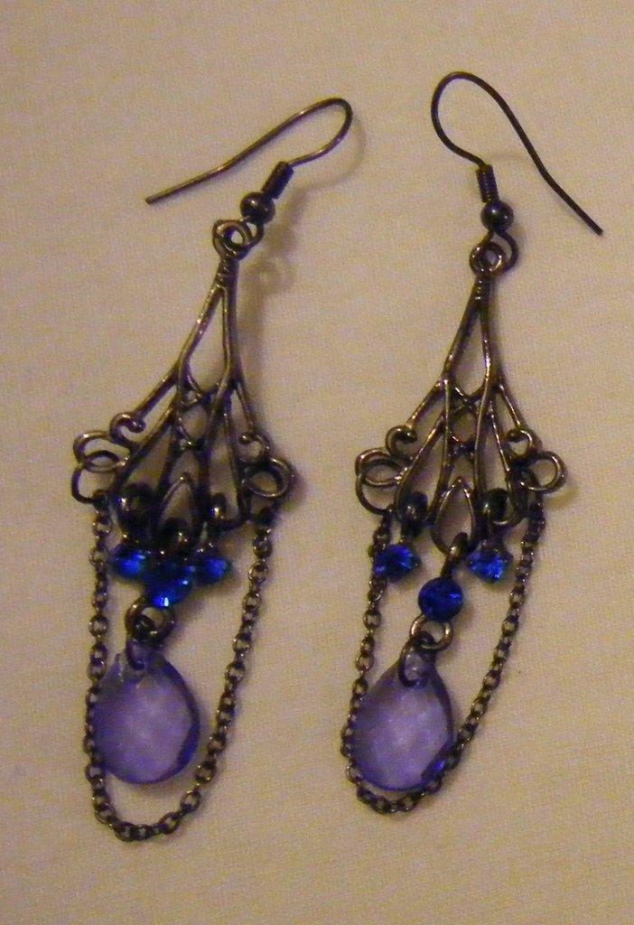 orecchini pendenti con metallo ,catena,strass e perle