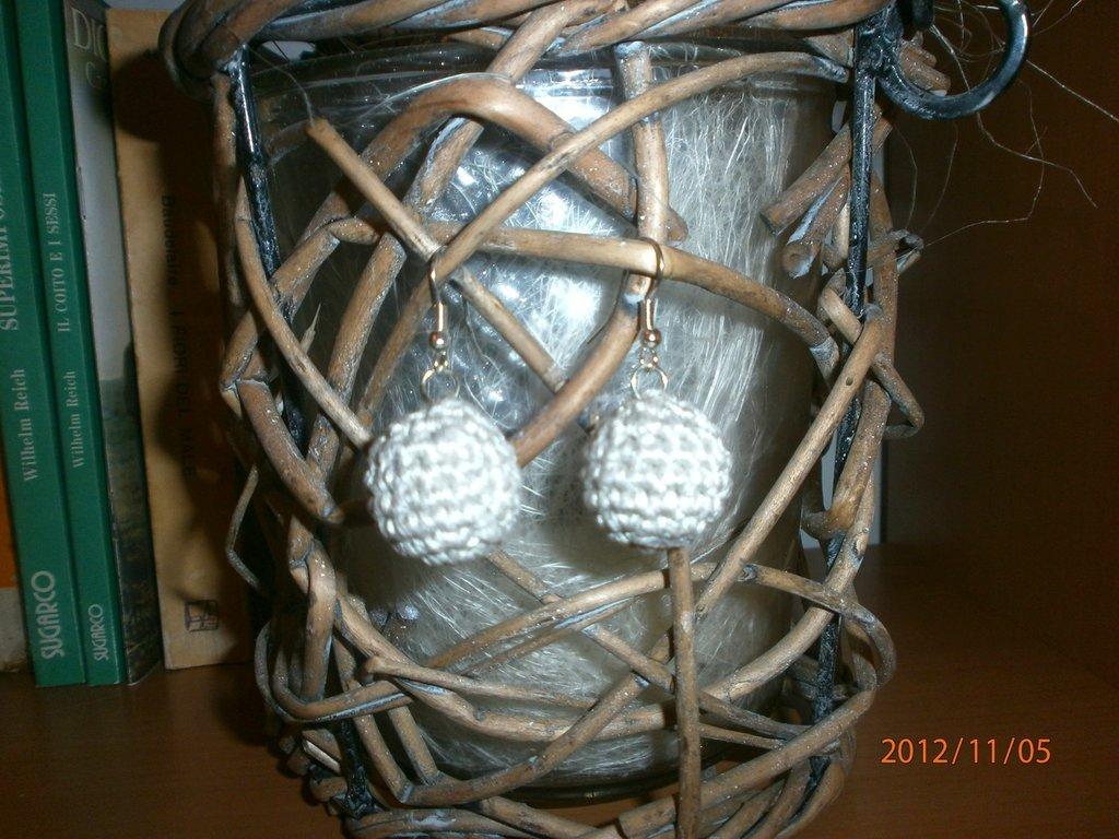 Orecchini con pendente pallina all'uncinetto