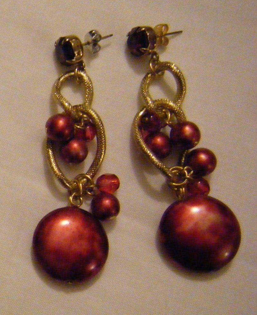 orecchini pendenti con catena dorata  ,perle e strass colore rosso,fatti a mano