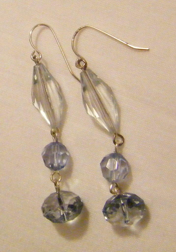 orecchini pendenti con perle in plastica ,fatti a mano