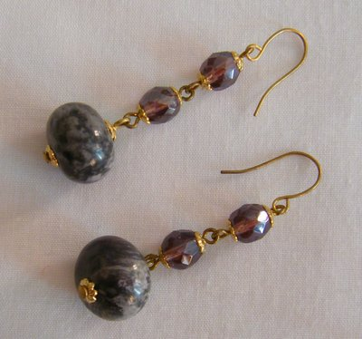 orecchini pendenti con mezzo cristallo viola e pietre dure agata fatti a mano