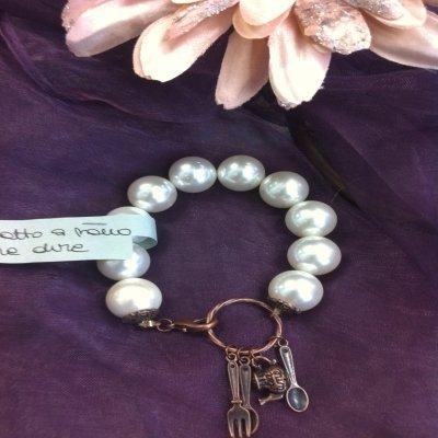 Bracciale di perle con ciondoli
