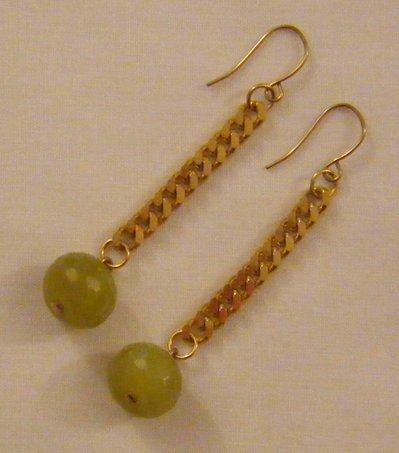 orecchini pendenti con catena dorata e pietre dure giada