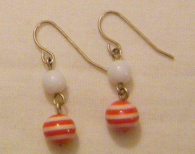 orecchini pendenti con perline in plastica ,fatti a mano