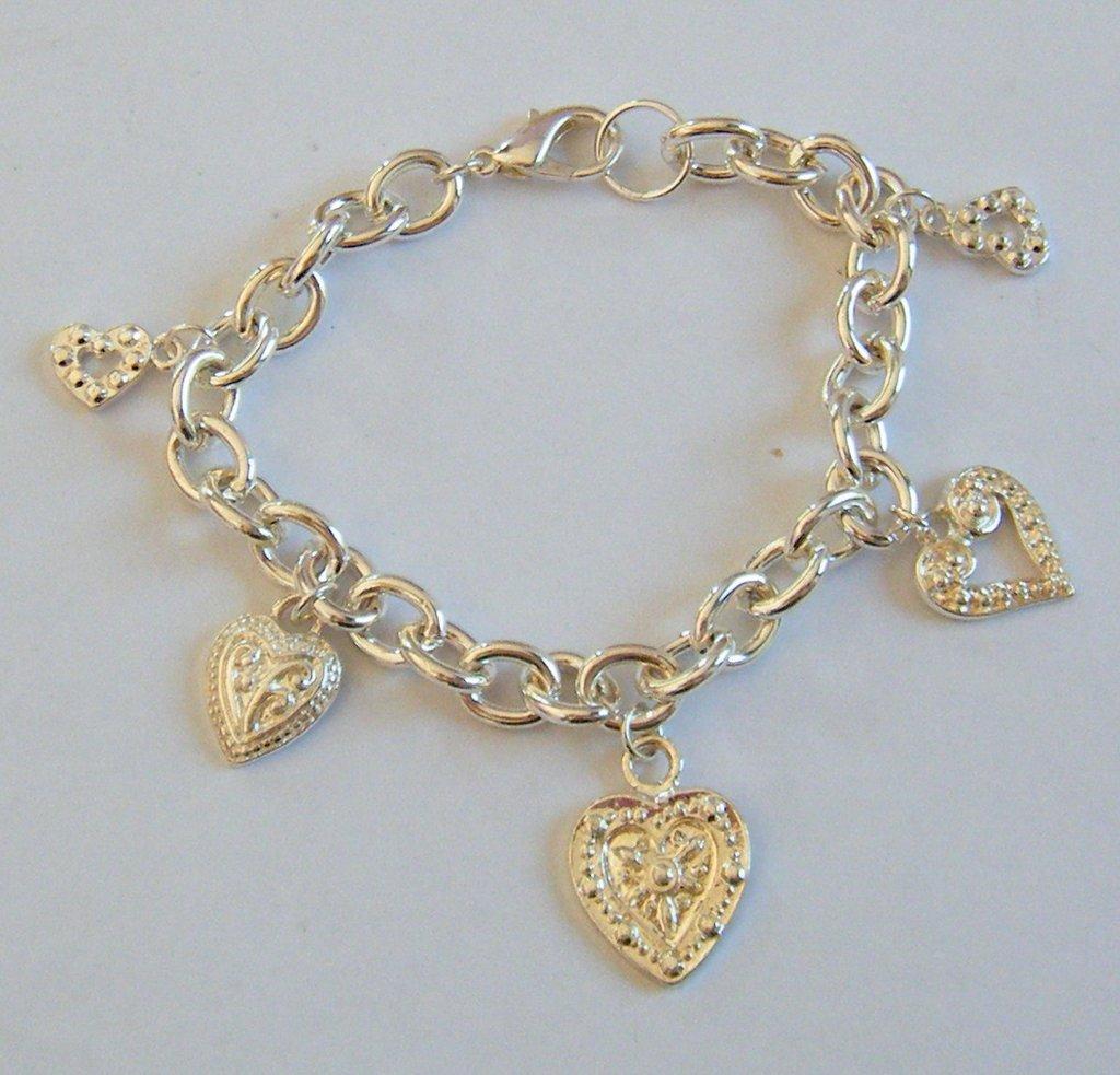 bracciale con metallo colore argento e charms cuoricini