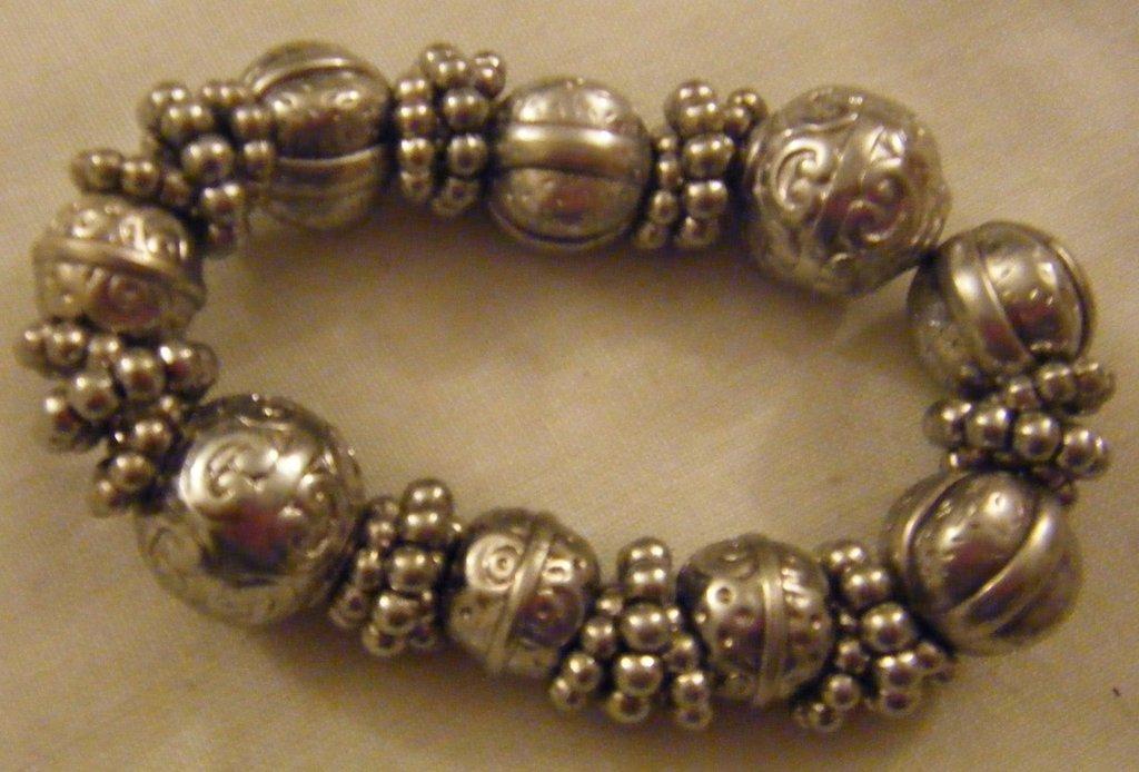 bracciale con perline in metallo di diverse forme