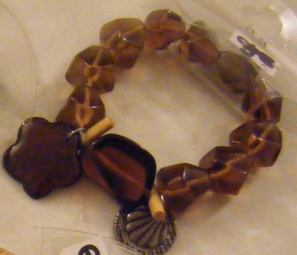 bracciale con perle in plastica di diverse forme e charms