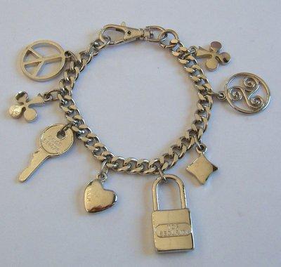 bracciale con catena in metallo colore argento e charms