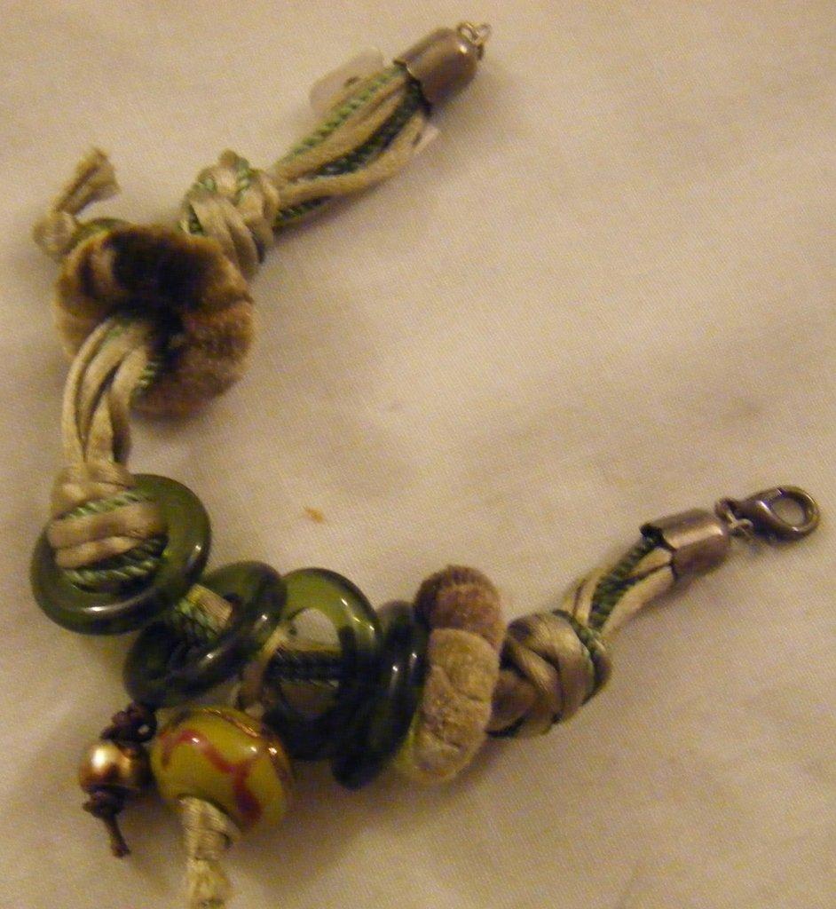 bracciale multifili con cordini verdi ,anelli e perline