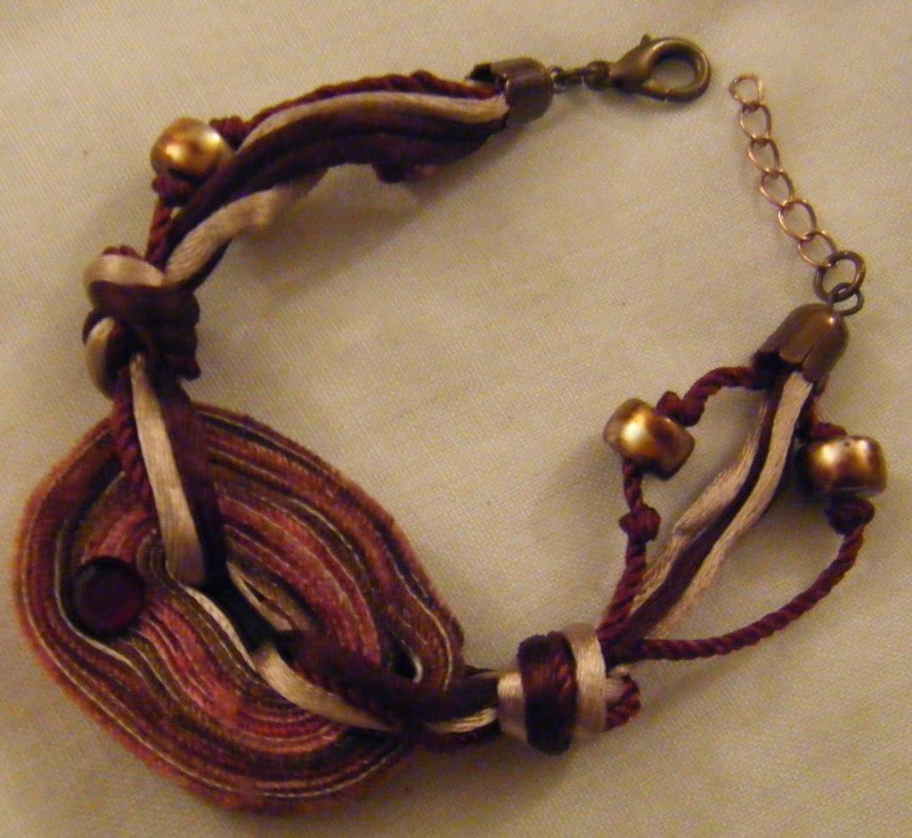bracciale con cordini diveri modeli ,perline e strass,fatta a mano