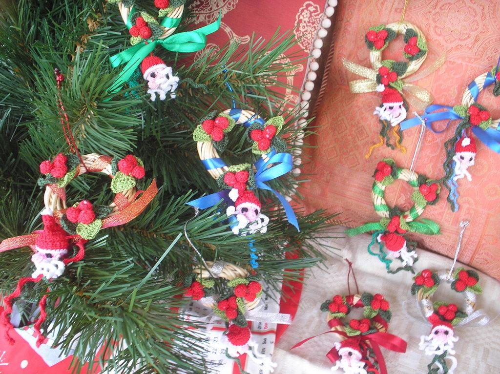 Ghirlandina in vimini natalizia decorata ad uncinetto in cotone