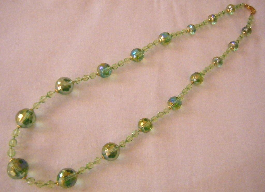 collana lunga con perle in vetro colore verde e mezzo cristallo ,fatta a mano