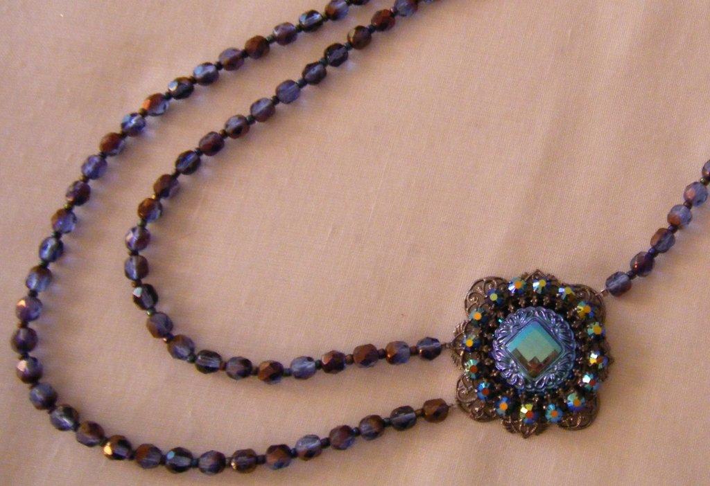 collana lunga a 2 giri con mezzo cristallo blu,conteria e centrale con strass