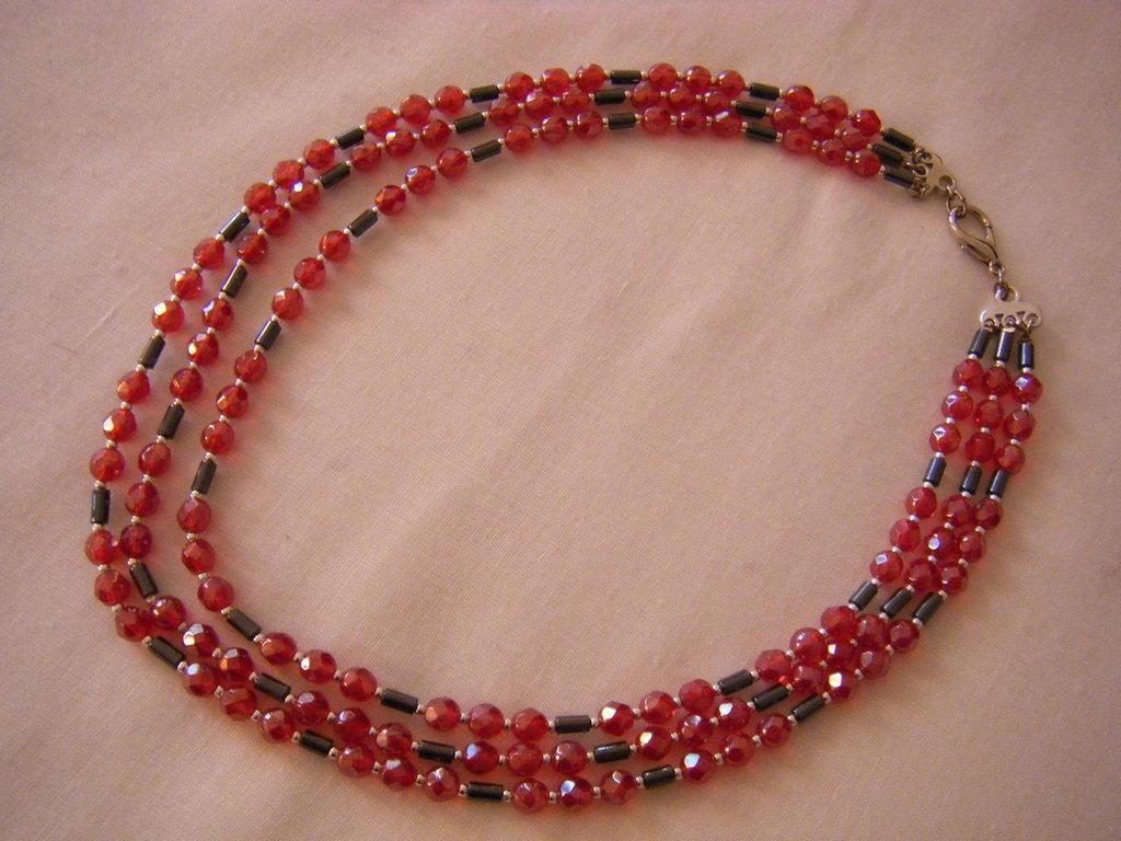 collana a 3 giri con mezzo cristallo rosso ,ematite e conteria, fatta a mano