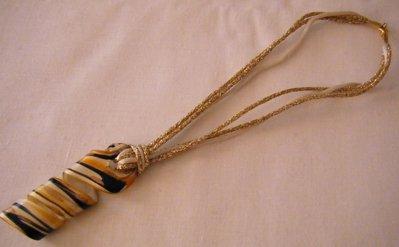 collana con cordini e ciondolo grande in vetro di murano